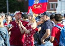 Moskwa FIFA 2018 Emocje fan piłki nożnej na Moskwa ulicach Rosyjski jest ubranym obywatel nadaje się przy placem czerwonym obrazy royalty free