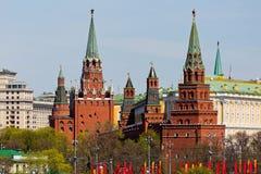 Moskwa Kremlin góruje pejzaż miejskiego nad niebieskim niebem Obrazy Stock