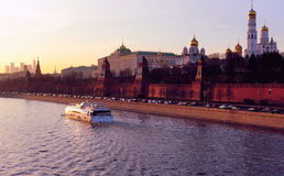Moskwa Kremlin i Moskva rzeka w wieczór Obrazy Royalty Free