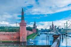 Moskwa Kremlin, plac czerwony i świętego basil, katedra w akademiach królewskich Fotografia Royalty Free