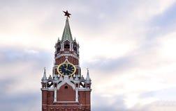 Moskwa, Kremlowski zegarowy wierza przeciw niebu z chmurami przy zmierzchem obraz stock