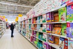 Moskwa, kwiecień 24 2016 pieluszki dla dzieci w wielkiej sklep sieci Auchan Fotografia Royalty Free
