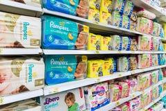 Moskwa, kwiecień 24 2016 pieluszki dla dzieci w wielkiej sklep sieci Auchan Zdjęcie Royalty Free