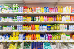 Moskwa, kwiecień 24 2016 Szampon dla dzieci w wielkiej sklep sieci Auchan Zdjęcia Royalty Free
