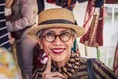 Moskwa, lato lipiec 05, 2018: stara kobieta jest ubranym szkła i słomianego kapelusz od Indonezja obrazy stock