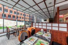 MOSKWA, LIPIEC - 2013: Wnętrze jest nowożytnym Japońskim restauracją Ichiban Boshi Główna sala z panoramicznym okno zdjęcia stock