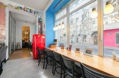 MOSKWA, LIPIEC - 2014: Wnętrze mały sklep z kawą w centrum miasta - obraz stock