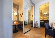 MOSKWA, LIPIEC - 2014: Wnętrze mały sklep z kawą w centrum miasta - obrazy stock