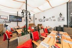 MOSKWA, LIPIEC - 2014: Wnętrze nowożytna karczemna restauracja w fuzja stylu - obraz royalty free