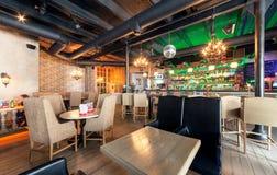MOSKWA, LIPIEC - 2014: Wnętrze nowożytna karczemna restauracja w fuzja stylu - zdjęcia stock