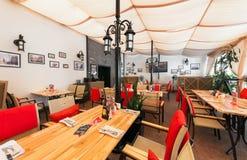 MOSKWA, LIPIEC - 2014: Wnętrze nowożytna karczemna restauracja w fuzja stylu - zdjęcie royalty free