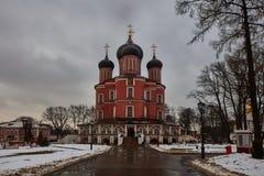 Moskwa - 03 2017 Luty: Donskoy cmentarz w Mos i monaster Zdjęcie Royalty Free