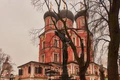 Moskwa - 03 2017 Luty: Donskoy cmentarz w Mos i monaster Obrazy Royalty Free