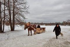 Moskwa - 10 04 2017: Mężczyzna w frachcie z pomarańczowym koniem, Mosc Zdjęcie Royalty Free