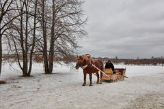 Moskwa - 10 04 2017: Mężczyzna w frachcie z pomarańczowym koniem, Mosc Obraz Stock