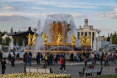 Moskwa, Maj 1, 2019 znać miejsca odtwarzania park VDNH Wspaniała fontanny przyjaźń ludzie z złotymi statuami fotografia royalty free