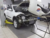 MOSKWA, MAR, 02, 2017: Samochodowe samochód konserwacje naprawiają MOT przy automobilowym usługowego centrum warsztatem Silnika r Obraz Stock