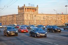 Moskwa - marsz 20: Samochody jadą na Kutuzov alei Rosja, Moskwa, marsz 20, 2015 Zdjęcie Royalty Free