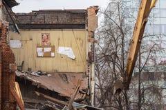MOSKWA, MARZEC - 25, 2015: ściana wyburzająca buduje 205 szkoła Zdjęcia Stock