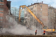 MOSKWA, MARZEC - 25, 2015: ekskawator wyburza budynku 205 schoo Obraz Royalty Free