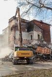 MOSKWA, MARZEC - 25, 2015: ekskawator wyburza budynku 205 schoo Fotografia Stock