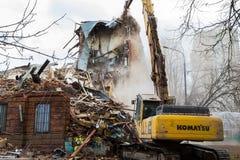 MOSKWA, MARZEC - 25, 2015: ekskawator wyburza budynku 205 schoo Zdjęcia Royalty Free