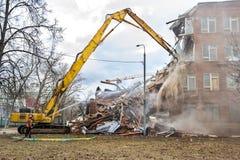 MOSKWA, MARZEC - 25, 2015: ekskawator wyburza budynku 205 schoo Zdjęcie Stock