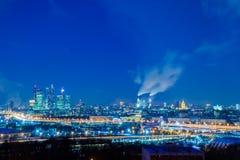 """Moskwa międzynarodowy centrum biznesu «Moskwa"""" Nocy lub wieczór pejzaż miejski Niebieskie niebo i latarnie uliczne miejska archit obrazy royalty free"""