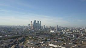 Moskwa miasta drapacze chmur, widok z lotu ptaka Biurowy centrum biznesu Moscow miasto Góruje Moskwa miasto Ruch drogowy w Moskwa zdjęcie wideo
