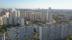 Moskwa miasta widok z lotu ptaka Trutnia strzał mieszkaniowe ćwiartki Moscow miasto Słonecznego dnia Moscow pejzaż miejski zdjęcie wideo