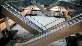 Moskwa - miasto centrum biznesu budynki sala centrum biznesu ludzie przejażdżki na eskalatorze zbiory wideo