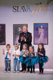 Projektant mody z dziećmi na dobroczynnym przedstawieniu Fotografia Royalty Free