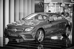 Moskwa - 10 04 2017: Nowy Mercedez samochód przy sklepem z kierowcą Fotografia Stock