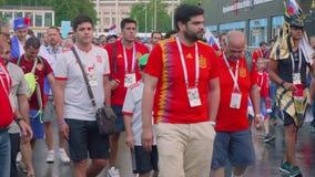 MOSKWA - OKOŁO LIPIEC, 2018: Valunteers wita fan piłki nożnej z dużą ręką blisko Luzhniki stadium zbiory wideo