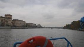 Moskwa, Opóźniona jesień w kapitałów quays Żeglowna chodząca rzeka pieszy, salowy, szklany zwyczajny most przez, zbiory wideo