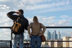 Moskwa, październik 01 2016 Mężczyzna i kobieta na viewing Moskwa estradowym patrzeje mieście Fotografia Stock