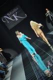MOSKWA, PAŹDZIERNIK - 28: Model chodzi pas startowego przy Natalia Kolikhalova kolekcją dla wiosny lata 2012 Obrazy Stock