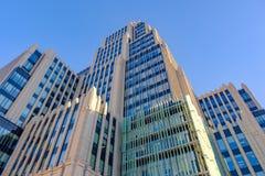 MOSKWA, PAŹDZIERNIK - 20, 2018: Nowożytny wysoki budynek biurowy beton i szkło przeciw niebieskiemu niebu obraz royalty free
