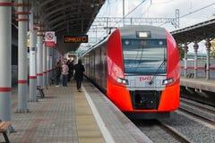 Moskwa, październik 01 2016 szybkościowego pociągu dymówka przy stacyjnym Shelepiha Moskwa centrali pierścionkiem Obrazy Stock