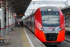 Moskwa, październik 01 2016 szybkościowego pociągu dymówka przy stacyjnym Shelepiha Moskwa centrali pierścionkiem Zdjęcie Stock