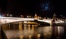 Moskwa przy nocą duży Moskvoretzkiy most Zdjęcie Stock
