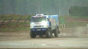 MOSKWA region ROSJA, SIERPIEŃ, - 25, 2017 Zwolnione tempo strzał dryfująca Rosyjska mistrza Dakar wiecu drużyny ciężarówka zdjęcie wideo