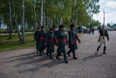 MOSKWA region - WRZESIEŃ 06: Niewiadomi żołnierze chodzi przy Borodino dziejowym reenactment zwalczają przy swój 203 rocznicą Obraz Stock