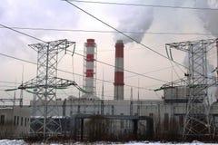 Moskwa, Rosja, 2018: Łącząca elektrownia, upał, wierza i/Termiczny elektrowni, władza przekazu Powerline/poparć/ Fotografia Stock