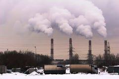 Moskwa, Rosja, 2018: Łącząca elektrownia, upał, wierza i/Termiczny elektrowni, władza przekazu Powerline/poparć/ Zdjęcie Royalty Free