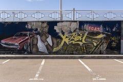 Moskwa, Rosja, 29 2019 Apr Graffiti w parking Barwiony mężczyzna, maszyna i drapacz chmur Vegas, Spada? z tynku fotografia stock