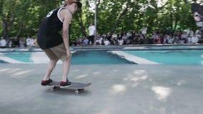 MOSKWA ROSJA, CZERWIEC, - 6, 2015: Łyżwiarka robi ekstremum plecy ono ślizgać się dalej zdjęcie wideo