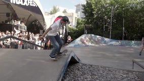 MOSKWA ROSJA, CZERWIEC, - 6, 2015: Łyżwiarka robi ekstremum 360 trzepnięcia skat zbiory wideo
