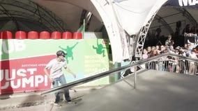 MOSKWA ROSJA, CZERWIEC, - 6, 2015: Łyżwiarki próba robi ekstremum plecy ślizgającemu się zdjęcie wideo