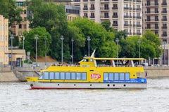 Moskwa Rosja, Czerwiec, - 21, 2018: Żółta turystyczna łódź na tle budynki w centrum Moskwa na letnim dniu Obrazy Royalty Free